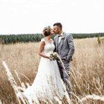 Brautpaar stehend im goldgelben Feld festgehalten vom Hochzeitsfotograf aus Hannover