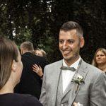 Echt mega tolles Bild mit Bräutigam der sich mit Zunge heraus so freut.Toller Schnappschuss vom Hochzeitsfotograf Hannover
