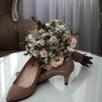 hochzeitsfotograf aus hannover setzt ein die Brautschuhe und den Brautstrauss in Scene
