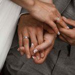 Das Ausschnitt der Hände mit Ringen sieht sehr Harmonisch aus. Der Hochzeitsfotograf mit guten Detailbilder aus Hannover.