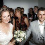 Brautpaar sitz aufgeregt und wartet auf das es Los geht. Vom Hochzeitsfotograf aus Hannover gemachtes Bild