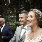 Der Hochzeitsfotograf fotografiert freudestrahlend das Paar im Ausschnitt der Köpfe zu den Gäste schauend.