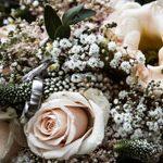 Den Den wunderschönen Blumenstrauss hält der Hochzeitsfotograf gekonnt ins Bild