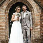 hochzeitsfotograf aus hannover fotografiet das Paar im Eingang des Standesamtes