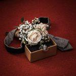 hochzeitsfotograf in hannover mit einen Arrangement von teilen wie Holzbox Blumen usw. des Bräutigams