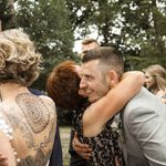 Bräutigam herzliche Umarmung mit eines weiblichen Familien Gastes. Hochzeitsfotografie aus hannover