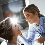 Hochzeitsfotografie aus hannover fotografiert hier Kosmetikerin und Braut beim schminken der Braut mit einen gekonnten Gegenlicht.