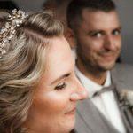 Ausschnittsbild Braut im Vodergrund Bräutigam im Hintergrung unscharf vom Hochzeitsfotografen aus Hannover professionell ins Bild gesetzt