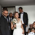 Die Braut zwengt sich durch die Familienmenge zum Bräutigam. Vom Hochzeitsfotograf aus Hannover gemachtes Bild