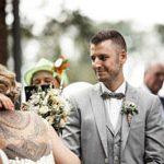 Beobachtender Blick von Ole dem Bräutigam fotografiert von dem Hochzeitsfotografen