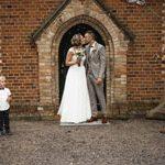 Der Hochzeitsfotograf fotografierte Brautpaar beim Auszug aus der KircheBild